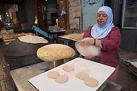 Asie/Israël/Galilée/Saint-Jean-d'Acre: dans les rues du bazar de la vieille ville une femme arabe cuit des pitas