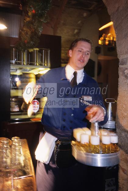"""Europe/Allemagne/Rhénanie du Nord-Westphalie/Cologne: Service de la bière locale la fameuse """"Kolsch"""" à la Brasserie """"Früh am Dom"""""""