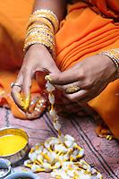 23.10.2006 Varanasi(Utttar Pradesh)<br /> <br /> Women performing a puja.<br /> <br /> Femme en train de faire une puja(rituel).