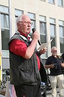 Der ehemalige Erste Stadtrat Franz-Rudolf Urhahn (M.) lauscht bei der Mahnwache Redner Rudi Heclhler (DKP). Zahlreiche Besucher bei der Mahnwache der Bürgerinitiative gegen den Flughafenausbau vor dem Rathaus Walldorf. Damit wollten sie ein Zeichen setzen vor der geplanten Debatte um das Abhängen der Anti-Flughafenausbau-Banner in der Doppelstadt, ein Effekt des durch die Kommunalwahl bedingten Kurswechsels im Rathaus