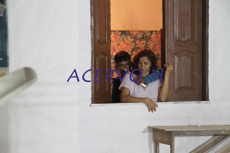 Hilton Costa, 23, e um adolescente de 15 anos mantém refén durante assalto.<br /> <br /> Moradores de uma casa, localizada na WE 67, na Cidade Nova VI, em Ananindeua, viveram momentos de tensão na madrugada de ontem. Dois homens, sendo um adolescente, invadiram a casa e fizeram três pessoas de uma mesma família reféns por cerca de uma hora.<br /> Ananindeua Pará, Brasil<br /> Foto Cláudio Pinheiro<br /> 28/05/2012