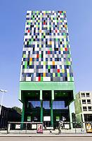 Nederland  Utrecht . Casa Confetti is de naam van een van de gebouwen op het Utrechtse universiteitsterrein De Uithof. In de woontoren bevinden zich 377 studentenwoningen. Het ontwerp is afkomstig van Architectenbureau Marlies Rohmer.
