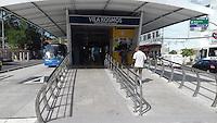 RIO DE JANEIRO, RJ, 02.02.2017 - ACIDENTE-RJ - Um homem de aproximadamente 20 anos foi atropelado por um ônibus do BRT, na estação de Vila Kosmos na Zona Norte do Rio de Janeiro, nesta quinta-feira (02). De acordo com testemunhas, o jovem tentava entrar no terminal acessando a faixa exclusiva para os ônibus, vitima foi encaminhada para o Hospital Estadual Getúlio Vargas. (Foto: Celso Barbosa/Brazil Photo Press)