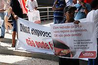 ATENCAO EDITOR FOTO EMBARGADA PARA VEICULO INTERNACIONAL - SAO PAULO, 27 DE OUTUBRO DE 2012 - MANIFESTACAO - SALAO INTERNACIONAL DO AUTOMOVEL - Sindicalistas fazem manifestacao na tarde deste sabado(27) em frente ao Salao Internacional do Automovel no Anhembi em de São Paulo.(FOTO: AMAURI NEHN / BRAZIL PHOTO PRESS).