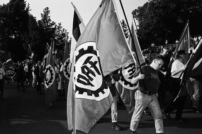 Mehrere hundert militante Neonazis aus Deutschland, Belgien, Frankreich, Daenemark, Schweden und Gross Britannien marschierten am Sonntag den 14. August 1993 zu einem sogenannten &quot;Rudolf Hess-Marsch&quot; im hessischen Fulda auf. Unter ihnen waren Mitglieder der Neonaziparteien Freiheitliche Deutsche Arbeiterpartei (FAP), Nationale Liste (NL) und NPD. Mit diesem Aufmarsch gedenken die Neonazis aus ganz Europa an den Hitler-Stellvetreter, der am 17. August 1987 im Kriegsverbrechergefaengnis in Berlin-Spandau mit 93 Jahren Suizid begangen hat.<br /> 14.8.1993, Fulda<br /> Copyright: Christian-Ditsch.de<br /> [Inhaltsveraendernde Manipulation des Fotos nur nach ausdruecklicher Genehmigung des Fotografen. Vereinbarungen ueber Abtretung von Persoenlichkeitsrechten/Model Release der abgebildeten Person/Personen liegen nicht vor. NO MODEL RELEASE! Nur fuer Redaktionelle Zwecke. Don't publish without copyright Christian-Ditsch.de, Veroeffentlichung nur mit Fotografennennung, sowie gegen Honorar, MwSt. und Beleg. Konto: I N G - D i B a, IBAN DE58500105175400192269, BIC INGDDEFFXXX, Kontakt: post@christian-ditsch.de<br /> Bei der Bearbeitung der Dateiinformationen darf die Urheberkennzeichnung in den EXIF- und  IPTC-Daten nicht entfernt werden, diese sind in digitalen Medien nach &sect;95c UrhG rechtlich geschuetzt. Der Urhebervermerk wird gemaess &sect;13 UrhG verlangt.]