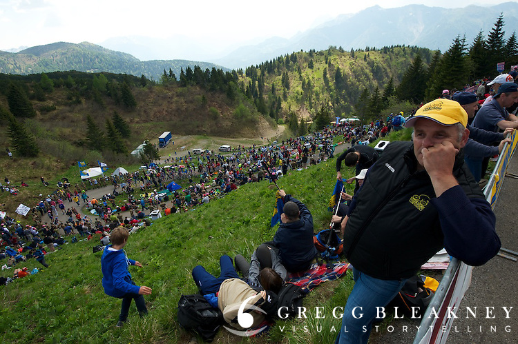 A fan waits for the big show at 250 meters from the finish.