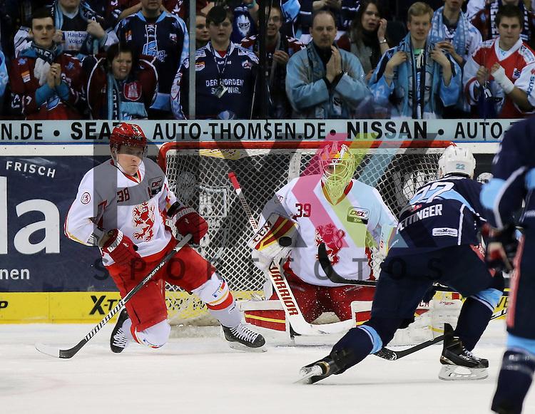 Eishockey DEL 2014 / 15 - 11.03.2015; Playoff Viertelfinale Hamburg Freezers vs. Duesseldorf DEG<br /> Foto: Das Tor zum 2:0 v.l. Jakub Ficenec (Duesseldorf),  Goalie Tyler Beskorowany (Duesseldorf) und Torsch&uuml;tze Matt Pettinger (Hamburg) trifft ins Tor<br /> <br /> Foto &copy; P-I-X.org *** Foto ist honorarpflichtig! *** Auf Anfrage in hoeherer Qualitaet/Aufloesung. Belegexemplar erbeten. Veroeffentlichung ausschliesslich fuer journalistisch-publizistische Zwecke. For editorial use only.