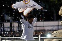 MADRID, ESPANHA, 04 MAIO DE 2012 - COMEMORACAO REAL MADRID - Marcelo jogador do Real Madrid, celebra o titulo da Liga Espanhola, na Praca Cibeles no centro de Madrid, ontem quinta-feira, 3. FOTO: ARNEDO  ALCONADA / ALTER / ALFAQUI / BRAZIL PHOTO PRESS)
