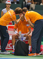 Switserland, Genève, September 18, 2015, Tennis,   Davis Cup, Switserland-Netherlands, Jesse Huta Galung (NED) is treated on his eye by doctor Babette Pluim and Fysio Edwin Visser<br /> Photo: Tennisimages/Henk Koster