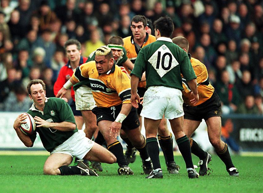 Photo. Richard Lane. .Wasps v London Irish.Tetley Bitter Cup Quarter Final.28/2/99..Brendan Venter breaks away from the Wasps pack.