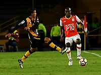 BOGOTA - COLOMBIA – 23 – 05 - 2017: Dairon Mosquera (Der.) jugador de Independiente Santa Fe, disputa el balón con Diego Bejarano (Izq.) jugador de The Strongest, durante partido entre Independiente Santa Fe de Colombia y The Strongest de Bolivia, de la fase de grupos, grupo 2, fecha 6 por la Copa Conmebol Libertadores Bridgestone 2017, en el estadio Nemesio Camacho El Campin, de la ciudad de Bogota. / Dairon Mosquera (R) player of Independiente Santa Fe, fights for the ball with Diego Bejarano (L) player of The Strongest during a match between Independiente Santa Fe of Colombia and The Strongest of Bolivia, of the group stage, group 2 of the date 6th, for the Conmebol Copa Libertadores Bridgestone 2017 at the Nemesio Camacho El Campin in Bogota city. VizzorImage / Luis Ramirez / Staff.
