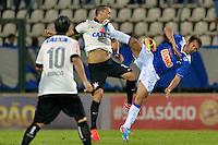 ESPORTES - SETE LAGOAS - MINAS GERAIS - BRASIL - 5.6.2013 - CRUZEIRO X CORINTHIAMS - CAMPEONATO BRASILEIRO 2013 - Partida realizada na Arena do Jacare em Sete Lagoas MG. Na foto, Everton Ribeiro (d) do Cruzeiro e Guilherme (e) do Corinthians.<br /> FOTO: Douglas Magno / Brazil Photo Press