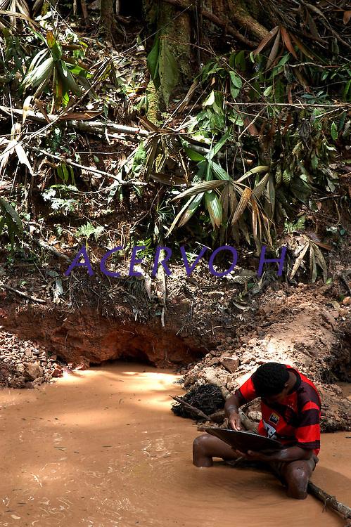 Currutela.<br /> No meio da mata garimpeiros continuam a cavar em busca de ouro na grota Rica. Milhares de garimpeiros se encontram espalhados pela região do Garimpo em busca de novas jazidas. O  garimpo descoberto em Novo Aripuanã, no sul do Amazonas no igarapé da Preciosa, um afluente do rio Juma (a 70 km da cidade de Apuí) vai crescendo com dezenas de buracos abertos sob a selva.<br /> Novo Aripuanã, Amazonas, Brasil<br /> 01/02/2007<br /> Foto Paulo Santos/Interfoto