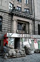 LETTLAND, 27.03.91.Riga.Waehrend des anhaltenden Kampfes um die Unabhaengigkeit ist die Stadt immer wieder marodierenden sowjetischen Sondertruppen ausgesetzt, an Schluesselpunkten stehen daher Barrikaden, hier im Eingang des Radiogebaeudes am Domplatz in der Altstadt. | During the ongoing fight for independence the town is regularely raided by Soviet special forces. Key spots are therefore protected by barricades, here the radio central at the central cathedral square..© Martin Fejer/EST&OST.