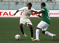 CAJAMARCA - PERU - 20-08-2014: Reimond Manco (Izq.) jugador de Universidad Tecnologica de Cajamarca de Peru, disputa el balon con Frank Fabra (Der.) jugador Deportivo Cali de Colombia, durante partido de ida de la primera fase, llave G13 de la Copa Total Suramericana entre Universidad Tecnologica de Cajamarca de Peru y Deportivo Cali de Colombia en el estadio Héroes de San Ramón, de la ciudad de Cajamarca. / Reimond Manco (L) player of Universidad Tecnologica de Cajamarca de Peru, vies for the ball with Frank Fabra (R) player of Deportivo Cali of Colombia, during a match for the first round, of the first phase, Key G13 Universidad Tecnologica de Cajamarca of Peru and Deportivo Cali of Colombia, of the Copa Total Suramericana in the Héroes de San Ramón, Stadium in Cajamarca city. Photos: Libero de Lima / Photogamma / VizzorImage.