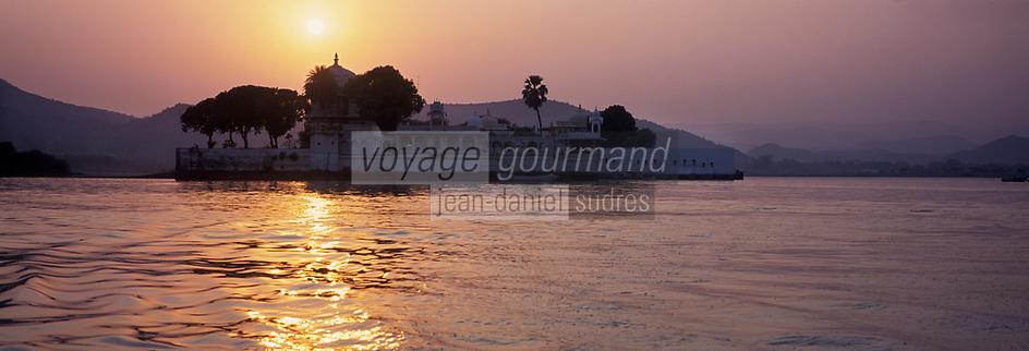 Asie/Inde/Rajasthan/Udaipur : Palais sur l'Ile de Jag Mandir sur le lac Pichola dans la lumière du soir