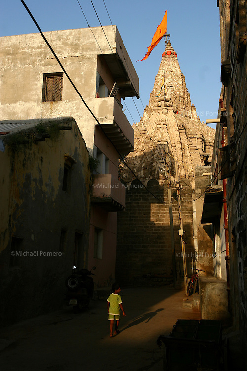 01.10.2008 Dwarka(Gujarat)<br /> <br /> Boy walking near the temple.<br /> <br /> Enfant marchant pres du temple.