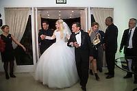 """SÃO PAULO, SP, 21.10.2015 - CASAMENTO-SP. Suelem Rocha, conhecida como """"Mulher Pêra"""" chega para a sua cerimônia de casamento com o empresário Jamil Cury, na zona norte de São Paulo,  na noite desta quarta-feira, 21. (Foto: Adriana Spaca/Brazil Photo Press)"""