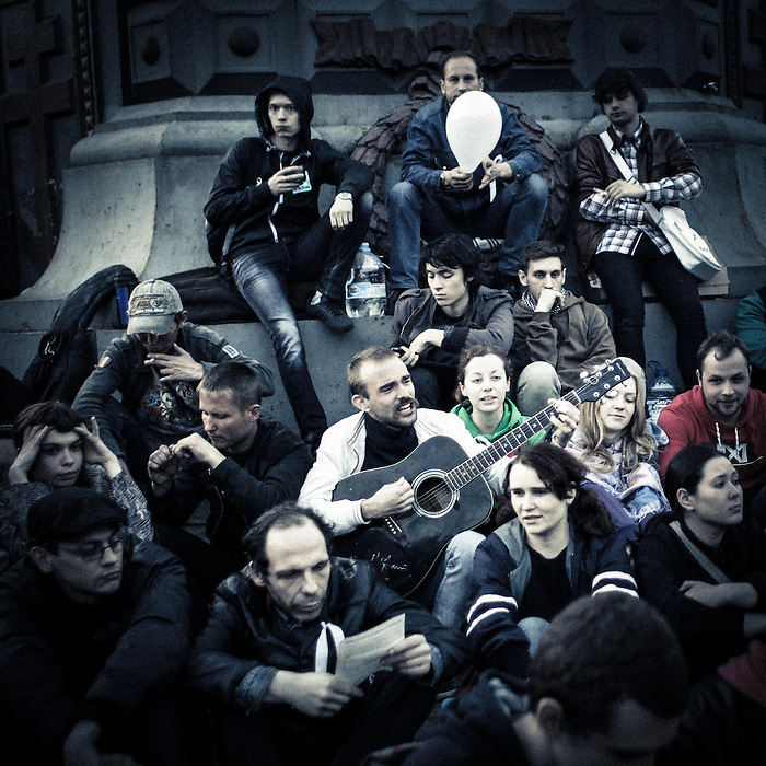 After clashed with riot police on Sunday 6th, protesters following Aleksei Navalny, the anticorruption activist, have sat in parks, sung in public or simply walked in groups during 24h. Moscow Russia 2012