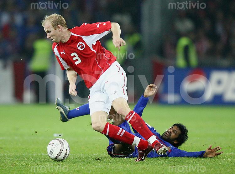 Fussball International WM Qualifikation Schweiz - Frankreich Ludovic Magnin (SUI,li) gegen Vikash Dhorasoo (FRA)