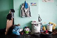 La pièce où vit la famille Versuza était un ancien bureau de l'astrodrôme. Tacloban, Novembre 2013. VIRGINIE NGUYEN HOANG