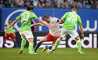 FUSSBALL   1. BUNDESLIGA   SAISON 2012/2013    32. SPIELTAG Hamburger SV - VfL Wolfsburg          05.05.2013 Rafael van der Vaart (Mitte, Hamburger SV)  muss sich gegen Ricardo Rodriguez (li) und Jan Polak (re, beide VfL Wolfsburg) behaupten