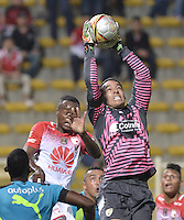 BOGOTÁ -COLOMBIA, 27-02-2016: Diego Alejandro Novoa (Der) arquero de La Equidad salta por el balón con Jaine Barreiro (Izq) jugador de Independiente Santa Fe durante partido por la fecha 7 de la Liga Águila I 2016 jugado en el estadio Metropolitano de Techo de la ciudad de Bogotá./ Diego Alejandro Novoa (R) goalkeeper of La Equidad jumps for the ball with Jaine Barreiro (L) player of Independiente Santa Fe during the match for the date 7 of the Aguila League I 2016 played at Metropolitano de Techo stadium in Bogotá city. Photo: VizzorImage/ Gabriel Aponte / Staff