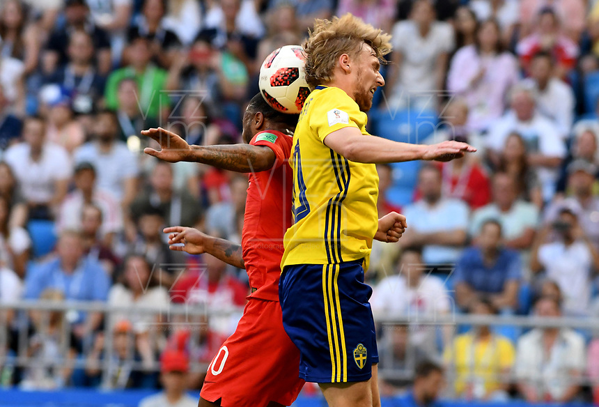 SAMARA - RUSIA, 07-07-2018: Emil FORSBERG (Der) jugador de Suecia disputa el balón con Raheem STERLING (Izq) jugador de Inglaterra durante partido de cuartos de final por la Copa Mundial de la FIFA Rusia 2018 jugado en el estadio Samara Arena en Samara, Rusia. / Emil FORSBERG (R) player of Sweden fights the ball with Raheem STERLING (L) player of England during match of quarter final for the FIFA World Cup Russia 2018 played at Samara Arena stadium in Samara, Russia. Photo: VizzorImage / Julian Medina / Cont