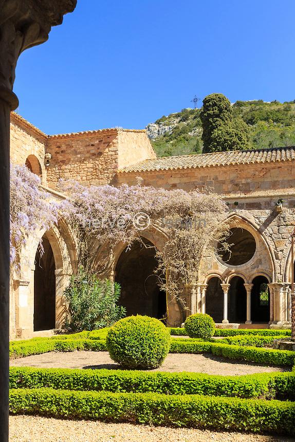 France, Aude (11), Narbonne, Abbaye Sainte-Marie de Fontfroide, le cloître // France, Aude, Narbonne, Fontfroide Abbey, the cloister