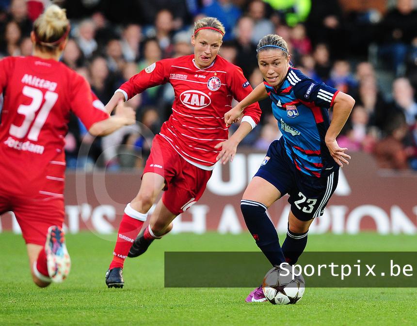 Uefa Women 's Champions League Final 2011 at Craven Cottage Fulham - London : Olympique Lyon - Turbine Potsdam : Camille Abily aan de bal voor  Viola Odebrecht .foto DAVID CATRY / JOKE VUYLSTEKE / Vrouwenteam.be.