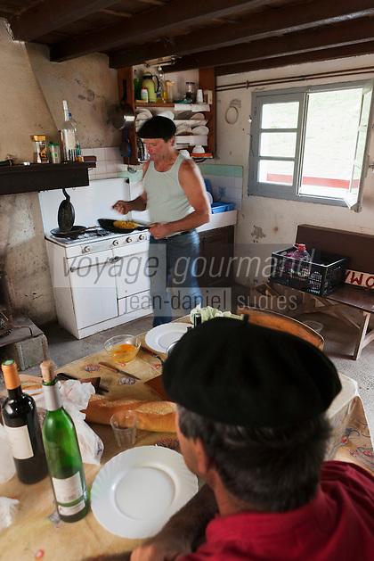 Europe/France/Aquitaine/64/Pyrénées-Atlantiques/Pays-Basque/Aussurucq: Jean-Paul Erdozainy Etchart , berger,   prépare le repas du berger dans son cayolar dans les paturages d'Ahusquy - Omelette au piment [Autorisation : 2011-127] [Autorisation : 2011-128]