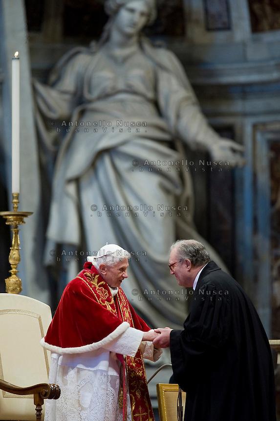 Papa Benededdo XVI con Matthew Festing durante la messa in Vaticano per il 900° anniversario della fondazione dell'Ordine.  Il Sovrano Ordine di Malta è uno dei pochi Ordini nati nel Medio Evo ed ancora oggi attivi, con  una propria costituzione e un proprio passaporto.