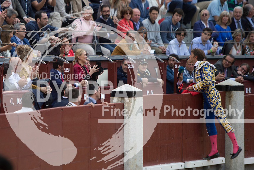 Bullfighter Escribano give the bull to the Madrid Comunity President Cristina Cifuentes