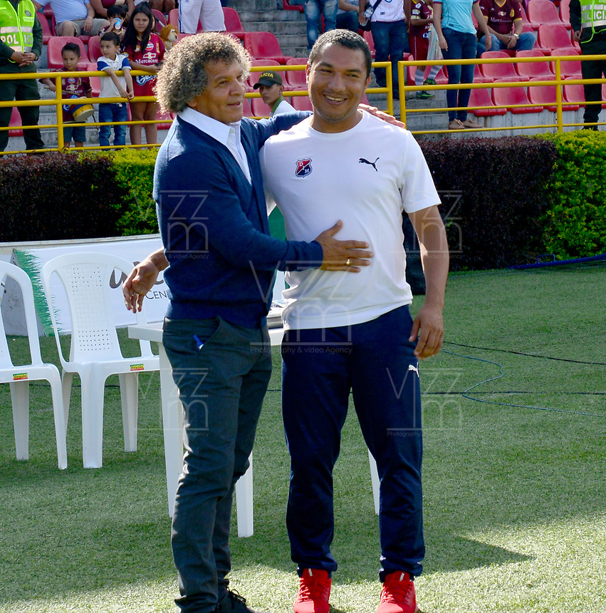 IBAGUE - COLOMBIA, 05-05-2019: Alberto Gamero técnico del Tolima se abraza con Ricardo Calle técnico del Medellin previo al partido entre Deportes Tolima y Deportivo Independiente Medellín por la fecha 20 de la Liga Águila I 2019 jugado en el estadio Manuel Murillo Toro de la ciudad de Ibagué. / Alberto Gamero coach of Tolima  takes a hug with Ricardo Calle coach of Medellín prior a match between Deportes Tolima and Deportivo Independiente Medellin for the date 20 as part of Aguila League I 2019 played at Manuel Murillo Toro stadium in Ibague. Photo: VizzorImage / Juan Carlos Escobar / Cont