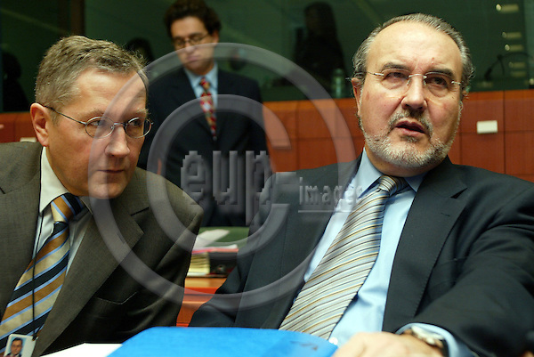 Belgium---Brussels---Council---ECOFIN-Tour de Table/Round Table                20.01.2004.Klaus REGLING, director general of economic affairs; Pedro SOLBES Mira, Commissioner for Economic and monetary affairs;          ..PHOTO: EUP-IMAGES / ANNA-MARIA ROMANELLI
