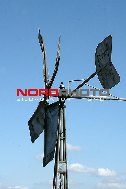 Naturaufnahmen im Fruehjahr am Duemmer See / Niedersachsen bei Diepholz<br /> altes Windrad deht sich mit dem Wind<br /> Foto &copy; nordphoto<br /> <br /> <br /> <br />  *** Local Caption *** Foto ist honorarpflichtig! zzgl. gesetzl. MwSt.<br />  Belegexemplar erforderlich<br /> Adresse: nordphoto<br /> Georg-Reinke-Strasse 1<br /> 49377 Vechta