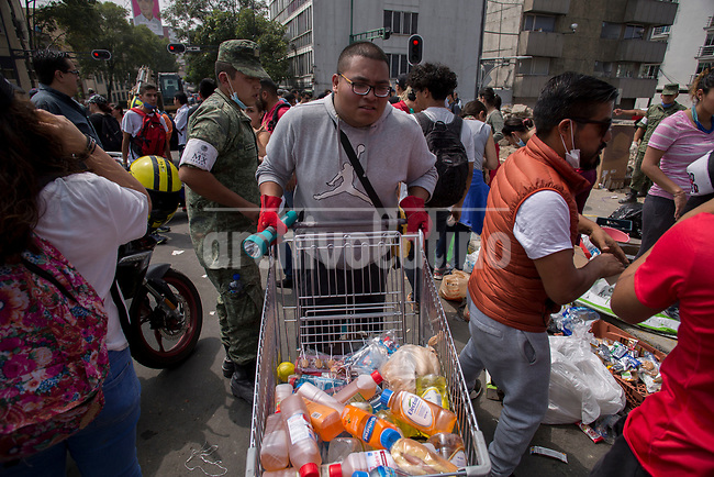 Volunteers offer food for rescue teams  trying  to find survivors after a building collapsed near   Delegacion Benito  Juarez after  a 7.1 earthquake in Mexico capital city