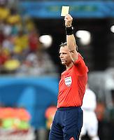 FUSSBALL WM 2014  VORRUNDE    Gruppe D     England - Italien                         14.06.2014 Schiedsrichter Bjorn Kuipers zeigt Gelb