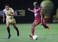 BOGOTÁ - COLOMBIA, 04-02-2019:Omar Albornoz (Der.) jugador del Deportes Tolima disputa el balón con Daniel Muñoz (Izq.) jugador del Rionegro durante partido por la fecha 3 de la Liga Águila I 2019 jugado en el estadio Metropolitano de Techo de la ciudad de Bogotá. /Omar Albornoz (R) player of Deportes Tolima fights the ball  against of Daniel Munoz (L) player of Rionegro during the match for the date 3 of the Liga Aguila I 2019 played at the Metroplitano de Techo  stadium in Bogota city. Photo: VizzorImage / Felipe Caicedo / Staff.