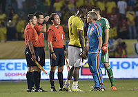 BARRANQUILLA - COLOMBIA - 17-11-2015: Un asistente técnico de Colombia reclama a los arbitros después del partido con Argentina válido por la clasificación a la Copa Mundo FIFA 2018 Rusia jugado en el estadio Metropolitano Roberto Melendez en Barranquilla. / A coach assistant of Colombia claims to the referees  after the match against Argentina valid for the 2018 FIFA World Cup Russia Qualifiers played at Metropolitan stadium Roberto Melendez in Barranquilla. Photo: VizzorImage / Gabriel Aponte / Staff