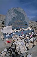 Europe/France/Provence-Alpes-Côte- d'Azur/84/Vaucluse/Mont Ventoux: Stéle en mémoire du coureur cycliste Tom Simpson décédé durant le Tour de France 1967