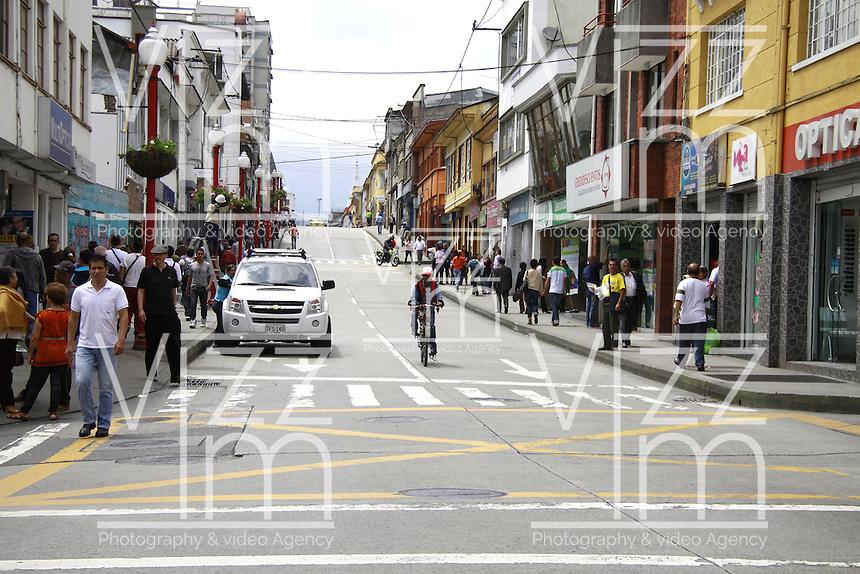 MANIZALES - COLOMBIA - 05 - 06 - 2013: Se realiza en la ciudad de Manizales el Dia sin Carro, junio 6 de 2013.  Esta actividad empezó a las 6:00 AM y terminara a las 19:00 horas (7:00 P M), que se desarrolla en esta capital hasta el próximo viernes, en las que hay ciclovias, caminatas, puntos de vacunación y adopción de animales, asi como también puntos de reciclaje. (Foto: VizzorImage / Yonboni / Str.) It takes place in the city of Manizales on Car Free Day, June 6, 2013. This activity began at 6:00 am and end at 19:00 hours (7:00 PM), which is developed in this capital until next Friday, in which there are bike paths, hiking, vaccination sites and animal adoption as well as recycling points also. (Photo: VizzorImage / Yonboni / Str)