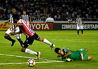 BARRANQUILLA - COLOMBIA, 26-04-2018: Luis Carlos Ruiz (Izq.) jugador de Atlético Junior disputa el balón con Ángelo Campos (Der.) guardameta de Alianza Lima, durante partido entre Atlético Junior (Col) y Alianza Lima (PER), de la fase de grupos, grupo H, fecha 4, por la Copa Conmebol Libertadores 2018, jugado en el estadio Metropolitano Roberto Meléndez de la ciudad de Barranquilla. / Luis Carlos Ruiz (L) player of Atletico Junior vies for the ball with Ángelo Campos (R) goalkeeper of Alianza Lima, during a match between Atletico Junior (Col) and Alianza Lima (PER), of the group stage, group H, 4th date for the Copa Conmebol Libertadores 2018 at the Metropolitano Roberto Melendez Stadium in Barranquilla city. Photo: VizzorImage  / Alfonso Cervantes / Cont.