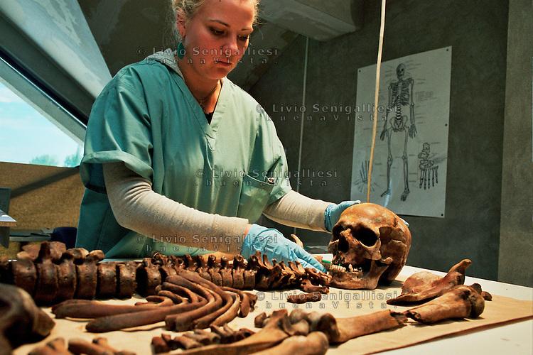 Tuzla / Bosnia 2005.<br />  Centro per la conservazione e l'identificazione dei corpi estratti dalle fosse comuni nell'area di Srebrenica e Bratunac. Il Centro è gestito dall'ICMP.<br />  Una volta identificati dagli anatomopatologi I resti vengono consegnati alle famiglie affinchè ricevano una degna sepoltura nel Memoriale di Potocari. Si calcola che le vittime del massacro furono 8372 in maggioranza uomini dai 14 ai 70 anni.<br />  Center for conservation and identification of bodies extracted from the mass graves of Srebrenica and Bratunac. The Centre is managed dall'ICMP.<br />  The bodies identified by pathologists are delivered to families to receive a proper burial in Potocari Memorial.<br />  Photo Livio Senigalliesi