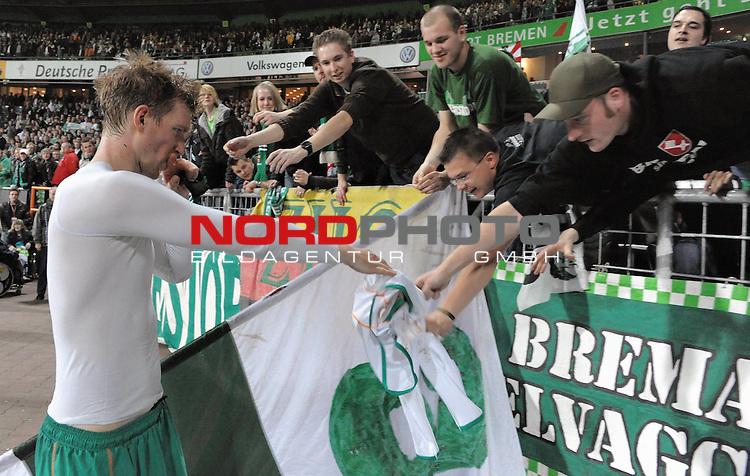 UEFA CUP 2008/2009<br /> Viertelfinale 1/4 Weserstadion 09.04.2009<br /> Werder Bremen (GER) - Udinese Calcio (ITA) 3:1 ( 1:0 )<br /> <br /> Per Mertesacker ( Bremen GER #29 ) gibt sein Trikot an die Fans<br /> <br /> <br /> Foto &copy; nph (  nordphoto  )