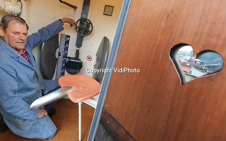 Foto: VidiPhoto<br /> <br /> DODEWAARD &ndash; De gepensioneerde uitvinder Gerrit Baars uit Dodewaard toont dinsdag zijn nieuwste vinding: een verplaatsbaar en in hoogte verstelbaar urinoir voor zowel mannen als vrouwen. In antwoord op de &ldquo;verschrikkelijke plaspalen&rdquo; die in veel steden zijn neergezet, heeft de Betuwnaar een oude watertank omgebouwd tot urinoir met deur. De plasbak voor mannen is met een draaiwiel in hoogte verstelbaar en zo ook voor kinderen en lange mensen bruikbaar. Dankzij een waterkraan boven het pissoir kunnen ook de handen daar gewassen worden. Voor vrouwen is een vernuftige uitklapbare plasstoel met plasgoot bedacht, die boven de plasbak gedraaid kan worden. Alles is gemaakt van oud materiaal. De voormalig agrari&euml;r heeft inmiddels tal van uitvindingen op z&rsquo;n naam staan, zoals een Flintstonewagen, een drankorgel met echte drank, een zelfrijdend orgel en een beweegbare eierbakmachine. Met zijn rariteitenkabinet staat hij op tal van evenementen. Alle inkomsten komen ten goede aan de stichting KiKa.