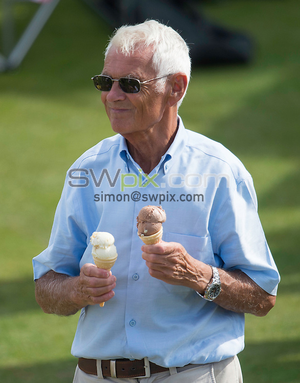 Picture by Allan McKenzie/SWpix.com - 23/08/2016 - Cricket - Specsavers County Championship - Yorkshire County Cricket Club v Nottinghamshire County Cricket Club - North Marine Road, Scarborough, England - Fans and supporters with ice cream.