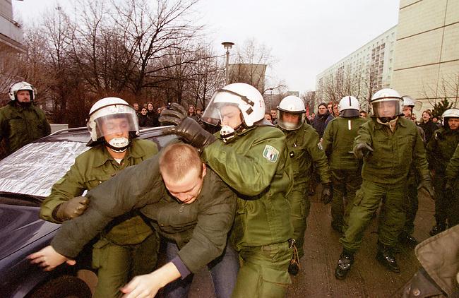 Aufgrund einer ominoesen Morddrohung eines Berliner Brandstifters wurde die alljaehrliche Demonstration linker Gruppen und Parteien zum Gedenken an die Ermordung Karl Liebknechts und Rosa Luxemburg im Jahre 1919 vom Berliner Polizeipraesidenten Saberschinsky verboten.<br /> Trotz des Demonstrationsverbotes versammelten sich mehrere tausend Menschen und zogen in einem Protestmarsch durch die Berliner Innenstadt.<br /> Hier: Nach Abschluss der Demonstration wollten sich die Demonstrationsteilnehmer entsprechend der Aufforderung der Polizei entfernen wurden aber daran gehindert und z.T. festgenommen.<br /> Einige Beamte der abgebildeten Polizeieinheit 212 wirkten dem Augenschein nach alkoholisiert und rochen nach Alkohol.<br /> Berlin, 9.1.2000<br /> Copyright: Christian-Ditsch.de<br /> [Inhaltsveraendernde Manipulation des Fotos nur nach ausdruecklicher Genehmigung des Fotografen. Vereinbarungen ueber Abtretung von Persoenlichkeitsrechten/Model Release der abgebildeten Person/Personen liegen nicht vor. NO MODEL RELEASE! Nur fuer Redaktionelle Zwecke. Don't publish without copyright Christian-Ditsch.de, Veroeffentlichung nur mit Fotografennennung, sowie gegen Honorar, MwSt. und Beleg. Konto: I N G - D i B a, IBAN DE58500105175400192269, BIC INGDDEFFXXX, Kontakt: post@christian-ditsch.de<br /> Bei der Bearbeitung der Dateiinformationen darf die Urheberkennzeichnung in den EXIF- und  IPTC-Daten nicht entfernt werden, diese sind in digitalen Medien nach &sect;95c UrhG rechtlich gesch&uuml;tzt. Der Urhebervermerk wird gemaess &sect;13 UrhG verlangt.]