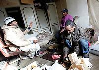 Rifugiati somali nell'ex ambasciata di Somalia a Roma, 29 dicembre 2010..Circa 200 rifugiati somali vivono in condizioni igieniche precarie nell'edificio che ospitava l'ambasciata e che e' stato abbandonato dopo la caduta del governo somalo negli anni Novanta..Somalian refugees prepare lunch inside the former Somalian embassy in Rome, 29 december 2010. About 200 refugees live  in precarious hygienic conditions in the building, which is still the property of the Somali government but was abandoned after the collapse of the government in Mogadishu in the 1990s..© UPDATE IMAGES PRESS/UPDATE IMAGES PRESS/Riccardo De Luca