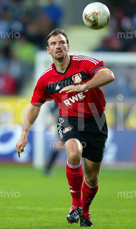 FUSSBALL Bundesliga Saison 2003/2004 Jens NOWOTNY, Einzelaktion am Ball Bayer 04 Leverkusen